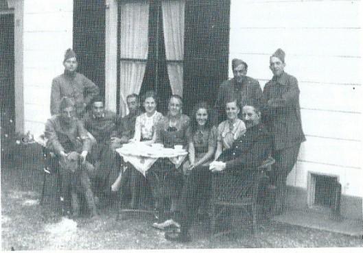 Tijdens de mobilisatie waren najaar 1939 en voorjaar 1940 Nederlandse militairen gelegerd in het Verversingshuis Groenendaal. Daarbij waren ook 7 Joodse soldaten. Dieze mochten niet samen met de anderen eten. Daarom aten zij dagelijks in de dienstwoning bi mevrouw T. Prins, Groenendaal 4 waar zij hun eigen - kosjere - maaltijd bereidden. Hier op de foto met A.Willemse, mw.L.Willemse-Dedding, mw. T.Prins-Willemse en nog een familielid