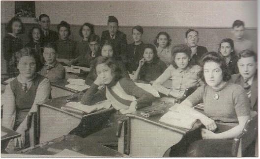 Klase 3 van het Joods Lyceum Haarlem, schooljaar 1941-1942. Zittende tweede van links: Leo Snijders.