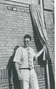 In 1994 nam Piet van Veelen afscheid als directeur van de Bosch en Hovenschool na een fusie met de Haarlemse Dreefschool. Bij die gelegenheid onthulde hij zijn 'eigen plein' op het schoolterrein