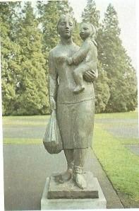 Een overzicht van monumenten ter herinnering aan de Joodse slachtoffers bevindt zich in het boek: 'Sta een ogenblik stil...Momumentenboek 1940/1945 (1980). Op deze foto een beeld van een Joodse vrouw met haar kind op weg naar de vernietigingskampen door Mari Andriessen bevindt zich in het Volkspark te Enschedé