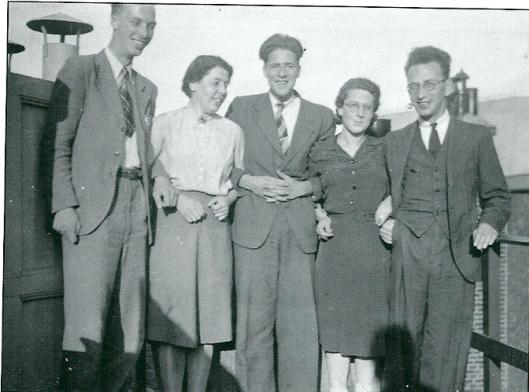 In het bovenhuis van de familie Ten Boom, Barteljorisstaat 19 Haarlem, zijn veel (Joodse) onderduikers ondergebracht. Corrie ten Boom (1892-1983), na de Bevrijding geëmigreerd naar de Verenigde Staten kreeg internationale bekendheid als evangeliste en auteur, o.a. van het autobiografische boek 'De Schuilplaats'(1972). Op deze foto van personen die verborgen waren in de Béjé: in het midden verzetsman Hans Poley en 4 Joodse vrienden, onder wie rechts Mary van Italië en Eusie, die dankzij de familie Ten Boom de oorlog overleefden.