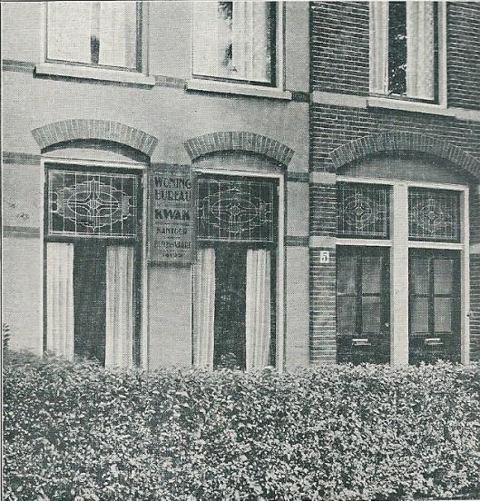 Voorgevel van bijkantoor 'Bosch en Vaart' van vw. Woningbureau Kwak op het adres Schouwtjesplein 5 in Haarlem