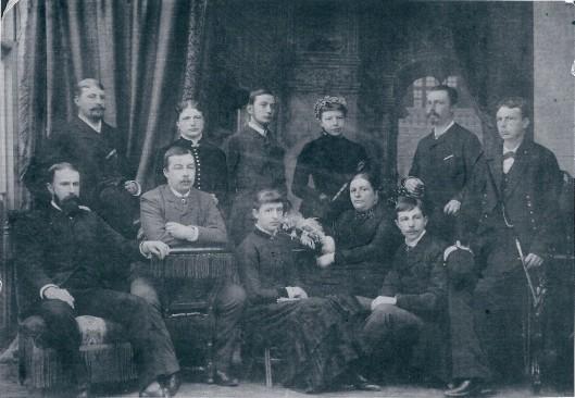 Foto uit circa 1884 van mevrouw Sophia W.P.van Lennep-Teding van Berkhout (1829-1901) en haar 3 dochters, 6 zonen en 1 schoonzoon (Lex Beels) op Huize Welgelegen in Heemstede