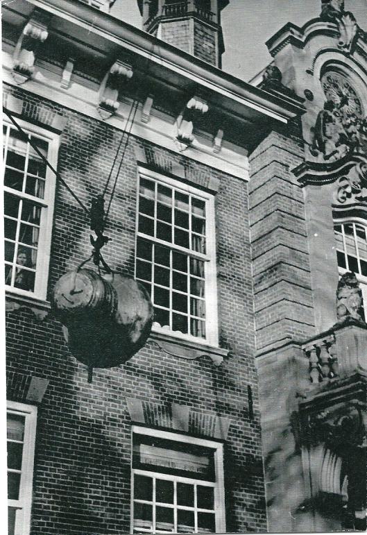 De in 1943 uit het raadhuistorentje gestolen luidklok werd in 1948 vervangen voor een nieuwe.