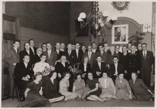 Het secretariepersoneel van de gemeente Heemstede op 3 januari 1959 in de raadzaal bijeen bij het afscheid van gemeentesecretaris T.M.Schelling. Voorste rij zittend v.l.n.r,: de dames J.Anink, B. de Groot, D.de Vos, Tiny van Buuren, T.Jansen, C.Boelhouwer, I.v.d.Ploeg en Slot. Middelste rij zittend: de damilie Schelling, met in het midden de heer T.M.Schelling en echtgenoye. Staand v.l.n.r.: R.Drosterij. J.de Btuijn, J.Snel. E.Hermans, A.Lohmann, (chef controle financiën, G.Deesker, A.Zijlmans, H.Schol, A.van Wingerde (opvolger als gemeentesecretaris), M.Snijder, I.Verstraten (chef sprtzaken), P.Neele, P.van Baak, Herman Slagveld, J.Mol (gemeenteontvnager), H.de Vries (ads. bevolking), mej. O.Mansvelt, B.de Jong, P. van Drooge (chef financiën, later wethouder), T.Neuteboom, J.Slot, G.Nijenhuis (bode) en J.Veen (gemeentearchivaris). (NHA)