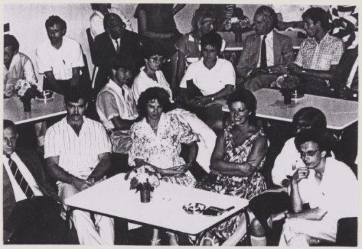 Afscheid van mw. C.T.M. ('juffrouw' Tiny) van Buuren na een dienstverband van ruim 40 jaar bij bureau Burgerzaken in de burgerzaal van het raadhuis Heemstede in 1986. Voorste rij v.l.n.r.: Hans van Leeuwen (hoofd Burgerzaken), O.Alting, mw.M.Nijland, mw.A.Koppes, mw.J.Smit en Dolf Böing. Middelste rij: v.l.n.r.: R.Oudorp, mw.C.Swennen, mw.A.Smeets. Achterste rij: Jos Admiraal, F.Duval Slothouwer, oud-wethouder Cees Sprangers, mw.mr.Henny Verschuren, R.Drosterij en Ruud Dikkeboom.
