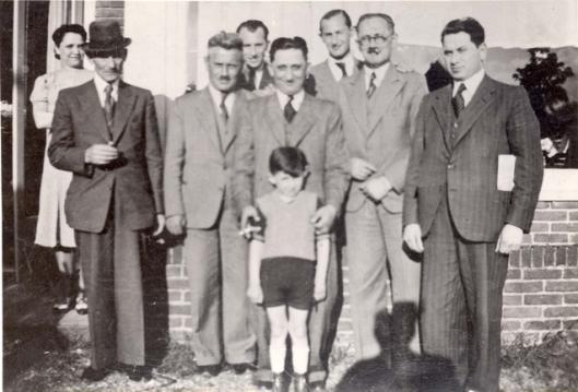 De familie Stopper, afkomstig uit Polen kwam via Bochum naar Amsterdam. Woonde tijdens de oorlog op het adres J.Perklaan 3. Op deze foto staat Osias/Isaac Stopper met familieleden o.a. broers en zwagers. Op 31 december V.O.W. Op 15 september 1935 teruggekeerd in Heemstede. Drie familieleden Stopper zijn omgekomen in Auschwitz en Sobibor (foto Yad Vashem)