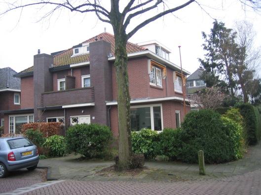 Het eerste huis van Herman van Tongeren in Heemstede aan de Postlaan met provisorisch laboratorium in de badkamer.
