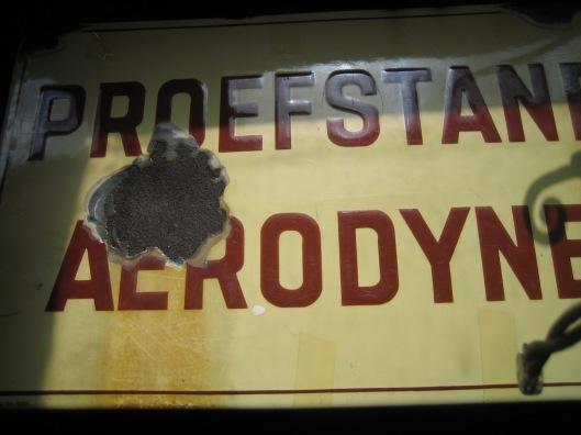 Emaille bordje 'Proefstand Aerodyne' dat aan de gevel van werkplaats-laboratorium ingeniueursbureau Van Tongeren hing.