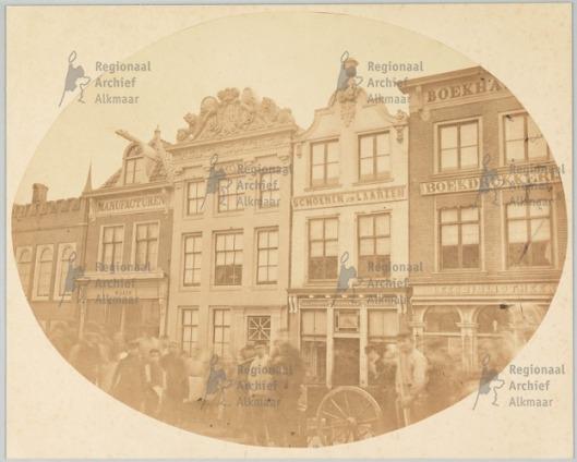 Huizen in de Mient tegenover de Steenbrug. Rechts de boekhandel, boekdrukkerij en leesbibliotheek van Plemper van Balen (foto Regionaal Archief Alkmaar)