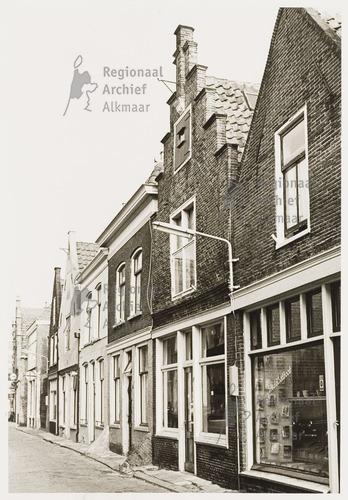 Alkmaar: Sint Annastraat met rechts op nummer 29 leesbibliotheek van Heinis (foto Regionaal Archief Alkmaar)