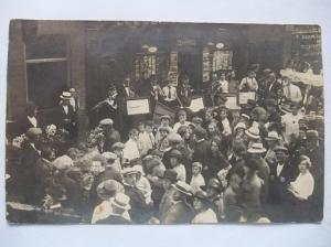 Muziekgezelscap en toehoorders voor een leesbibliotheek/boekhandel, vermoedelijk in Alkmaar