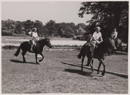 De prinsessen Beatrix en Irene tijdens de jeugdruiterdag in Groenendaal Heemstede, 1949