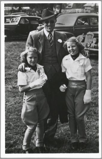 Een trotse vader prins Bernhard kwam zijn dochters Irene (links) en Beatrix (rechts) feliciteren