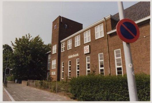 Sinds 1986 is de vm. Dreefschool bibliotheekgebouw. Foto uit 1988.