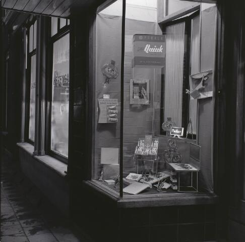 Etalage van 'de Bieb', Markt 11, Waalwijk (foto J.de Wit, 1963, Streekarchief Heusden-Altena)