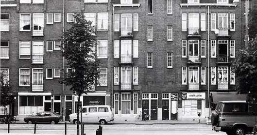 Het meest linkse pand is Borneostraat 94 in Amsterdam (foto Hans Jobse)