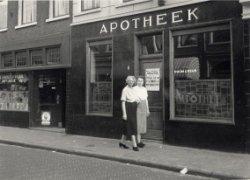 Keizerstraat Haarlem. Rechts apotheek en links daarvan leesbibliotheek 'Het Uiltje' op een foto uit 1955 (Noord-Hollands Archief)