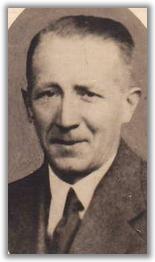 Portret van Johannes Petrus van Kan (1900-1945) was vanaf maart 1942 ambtenaar bij de distributiedienst in Amsterdam. Organiseerde met mej. A.L. (Bep) van Parreren van Groep 2000 duizenden bonkaarten voor onderduikers. Vanaf juli 1944 werkzaam voor intendance van KP Reintje de Vos, Hij is op 27 maart 1945 tijdens een Sipo-inabla gearresteerd en 11 april 1945 te Zijpe gefusilleerd. Is herbegraven op erebegraafplaats Bloemendaal