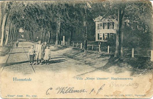 Oude prentbriefkaart uit omstreeks 1900 met rechts de villa 't Nieuw Klooster, notarishuis van de familie F. Dóllemab.