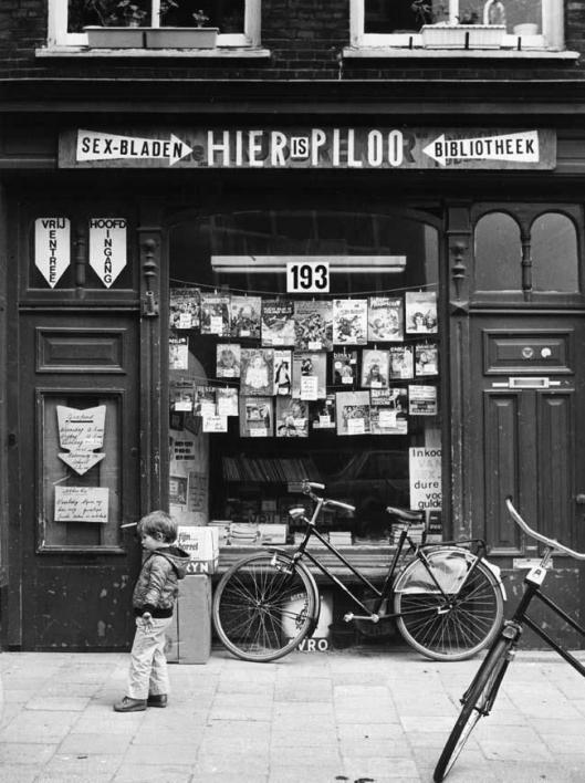 Winkelbibliotheek, tevens verkoop va sexbladen (foto Nico Terpstra) (Bibliopilis)