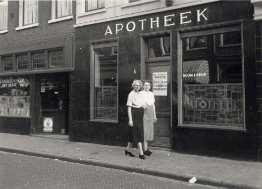 Links leesbibliotheek Het Uiltje in De Keizerstraat, Haarlem, 1955 (NHA).