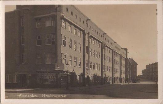 Hembrugstraat, in het pand op de hoek was de Wester leesbibliotheek gevestigd