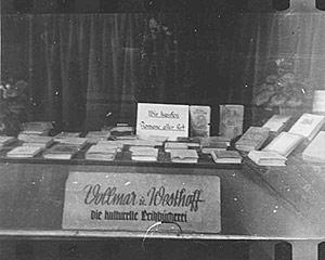 Etalage van Leihbücgherei Vollmar & Westhoff in Münster, 1942. Op een reclameplaat staat: 'Wir kaufen Romane aller Art'.
