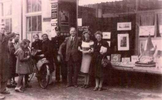 Boekhandel en leesbibliotheek K.L.Lintvelt, Midddenweg 54 Amsterdam. Karel Lintvelt en familie/personeel, 1925.De zaak is in 1963 opgeheven.