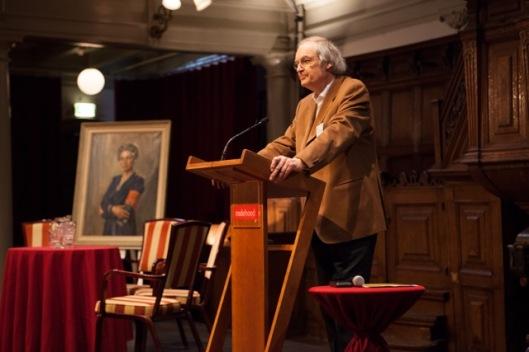 Paul van Tongeren tijdens presentatie van boek over Jacoba van Tongeren, samengesteld met Trudy Admiraal, in de Rode Hoed. Geboren op 21 april 1952 in Heemstede werkt hij op het gebied van vresopbouw en conflectpreventie. Was van 1974 tot 1997 beleidsmedewerker van NCO; van 1997-2003 stichter en directeur van het European Centre for Conflict Prevention ( ECCP) en van 2003-2010 secretaris-generaal van het Global Partnership for the Prevention of Aemed Conflict (GPPAC)