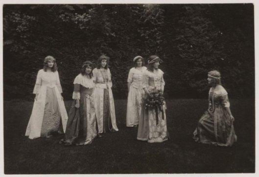 Hoog gezelschap in oude kledij tijdens jubileumviering 25 jaar koningin Wilhelmina in 1923