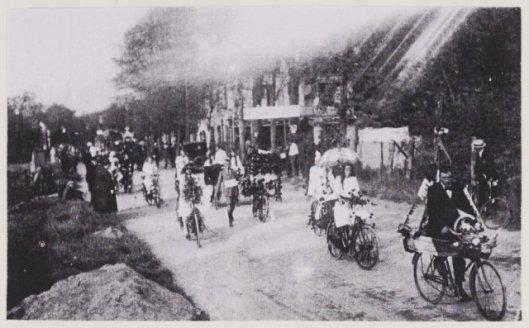 Historische optocht vanaf wei bij Ipenrode via de Herenweg op weg naar Groenendaal, 15 september 1923