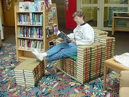 Leesfauteuil van boeken in de St.Ambrose University Library, Davenport, Iowa