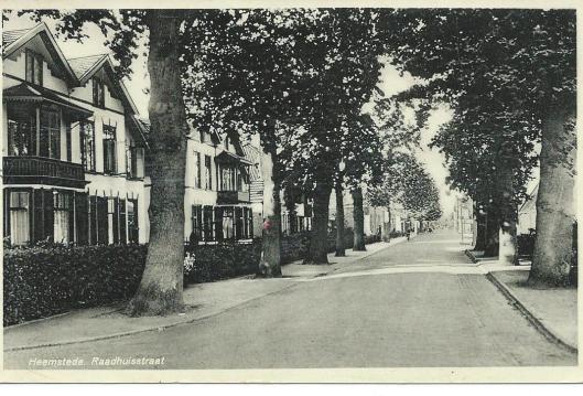 In de Raadhuisstraat stonden naast het raadhuis twee dubbele witgepleisterde villa's, links op deze ansichtkaart Op nummer 15 woonde de gepensioneerde kapitein en paardenarts G.W.van der Wal en vervolgens notaris mr. J.A.de la Hayze