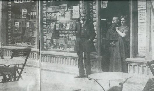 In 1886 was de boekhandel-leesinrichting van de joodse handelaar Eduard Sikken in de winkelpassage van Zandvoort gevestigd