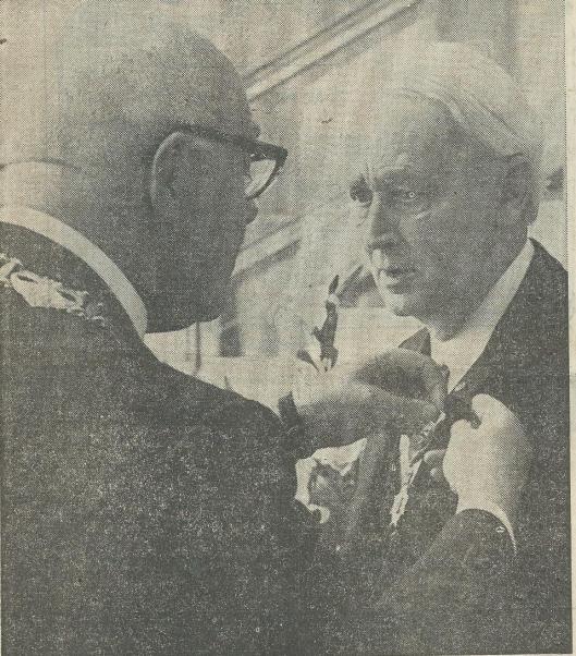 In 1971 ontving notaris W.Boerlage bij zijn afscheid als laatste uit een geslacht van 5 notarissen een koninklijke orde uitgereikt door de burgemeester van Velsen W.M.B.Bosman