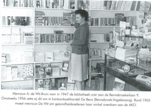 De boekhandel-leesbibliotheek na 1947. Tegenwoordig bevindt de BRUNA-boekhandel zich aan de Zwarteweg 24 (Uit: Winkelen in Bennebroek in de vorige eeuw. 2004, pagina 91).