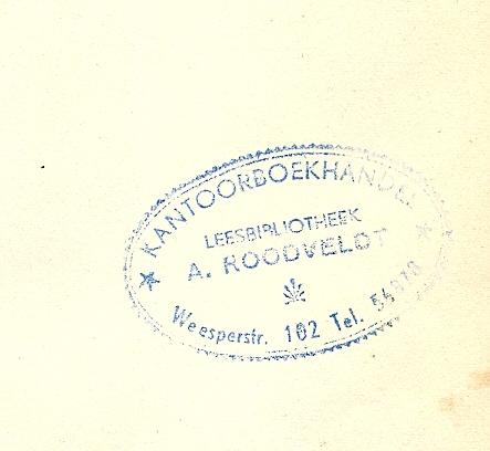 Stempel van kantoorboekhandel/leesbibliotheek A.Roodveldt, Weesperstraat 102 Amsterdam.