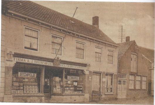Foto van uitgeverij, boekhandel en leesbibliotheek A.J.Bronswijk in Oostburg omstreeks 1900