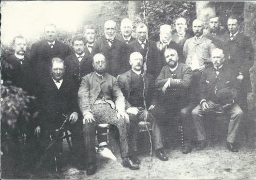 Heemstede beschikte in de jaren rond 1900 over een burgersociëteit waarvan notabele ingezetenen lid waren. Men kwam bij elkaar in etablissement 'GHet Wapen van Heemstede'. Op deze foto zit derde van links burgemeester J/Ph. Dolleman en rechts van hem notaris mr.W.H.Smit