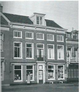Het pand Houtplein 32 met boekhandel annex leesbibliotheek omstreeks 1960. Over de leesbibliotheek schreef Lodweijk van Deyssel in zijn dagboeken