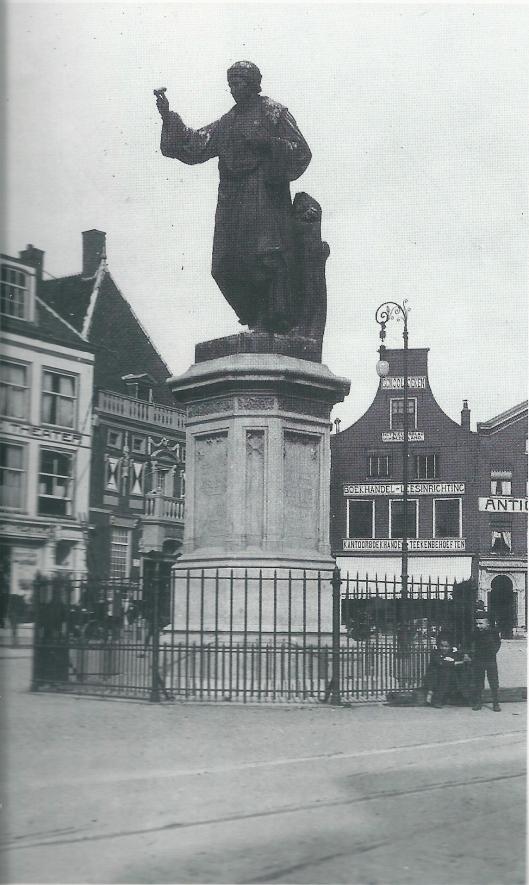 De winkel van de Haarlemse leesinrichting en uitgeverij J.J.van Brederode, opgericht in 1849, was omstreeks 1900 gevestigd in het huis met de klokgevel Grote Markt 21.