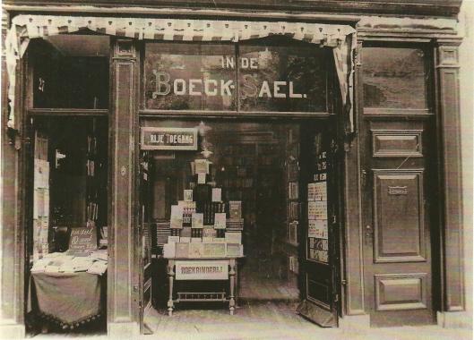Zeven jaar na de opening in 1912 breidde Hendrik de Vries zijn zaak uit met het pand Gedempte Oudegracht 27 onder de naam 'In de Boeck Sael'