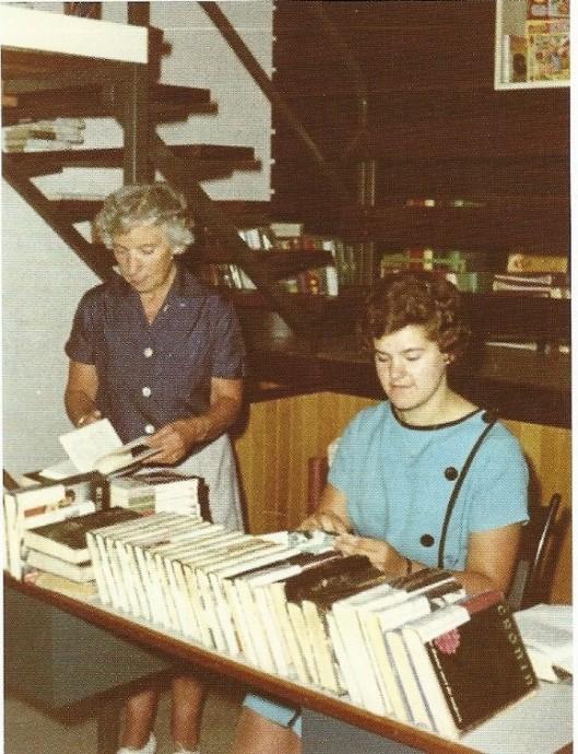 Dinie Jonckbloedt met een assistente aan het werk