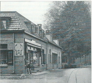 Tabakswarenwinkel annex leesbibliotheek Jan Hassink, hoek Raadhuisstraat in Vorden omstreeks 1950