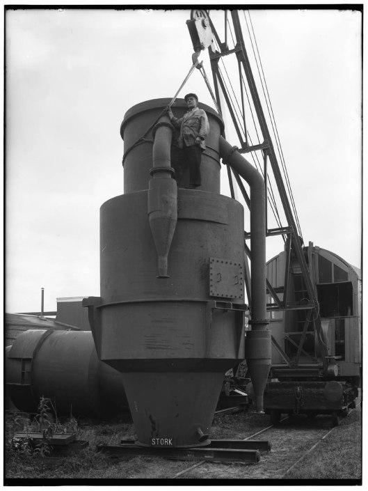 Dieselmotor Stork-Van Tongeren. Vonkenvanger (cycloon) voor het motorschip 'Celebes' van de Stoomvaart Maatschappij Nederland. Bij Stork in Hengelo vervaardigd naar een ontwerp van uitvinder ir. Herman van Tongeren.