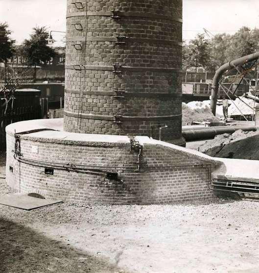 Vliegasvanger ontworpen door H.van Tongeren om de schoorsteen bij vuilverbranding van Amsterdam-Noord (Het Leven, 1928).