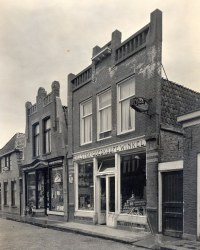 In het midden de winkel van de familie Sikkes met o.a. leesbibliotheek, Workum