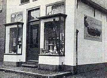 In 1941 geopend kleuterhuis met kantoorboekhandel annex leesbibliotheek, hoek Warmoesstraat/Zwaanstraat in den Burg, Texel. De boeken van de bibliotheek waren herkenbaar aan een sticker waarop 'de straf voor boekenmoordenaars' stond vermeld.