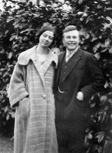 Ellen Inja-Weijl en Cor Inja, circa 1930. Cornelis Paulis Inja behoorde tot de Doopsgezinde Broederschap, van zijn vrouw waren beide ouders van Joodse afkomst. Ellen, die lerares was bij het nijverheidsonderwijs, werd samen met haar moeder doopsgezind.Tijdens de oorlog woonden zijn in Zaandam. Het echtpaar was lid van Groep 2000 en heeft zich vooral ingezet voor ondergedoken protestantse Joden.